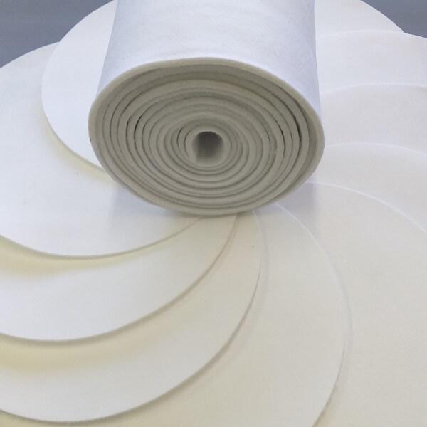 Rodo de manta geotêxtil e amostras de várias gramaturas e densidades