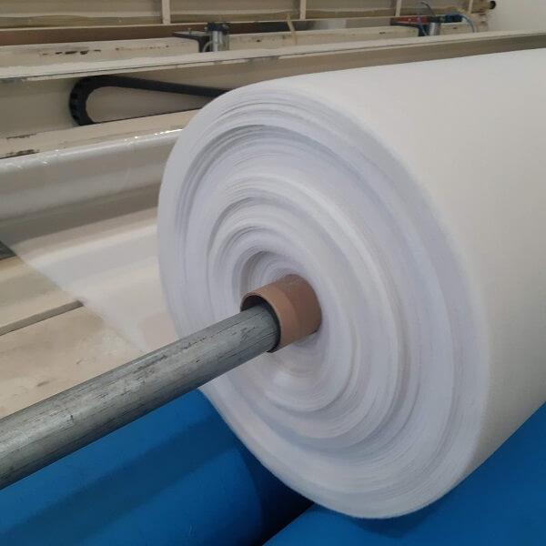 detalhe do processo de fabricação da manta geotêxtil com rolo em primeiro plano