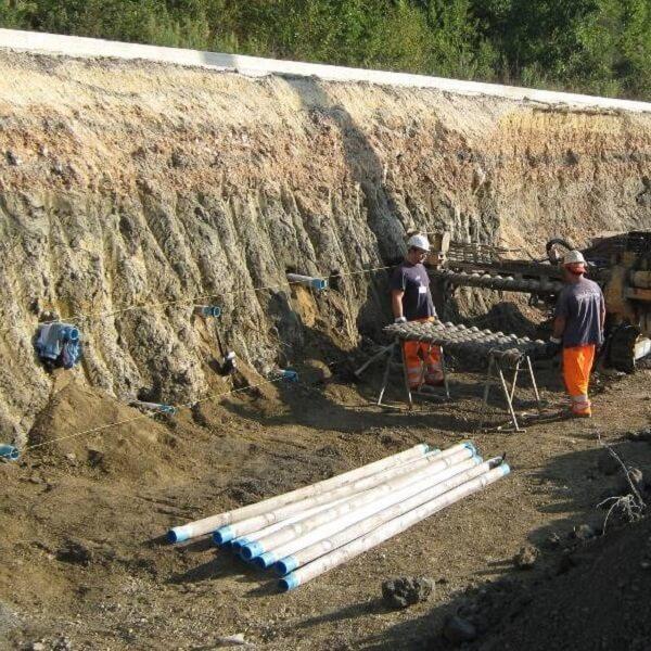 operários trabalhando em obra com aplicação de dreno com tela para ponteira filtrante