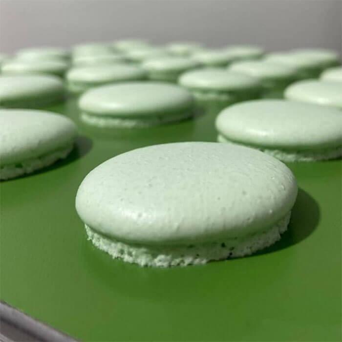 macarons sobre a manta de teflon antiaderente na cor verde